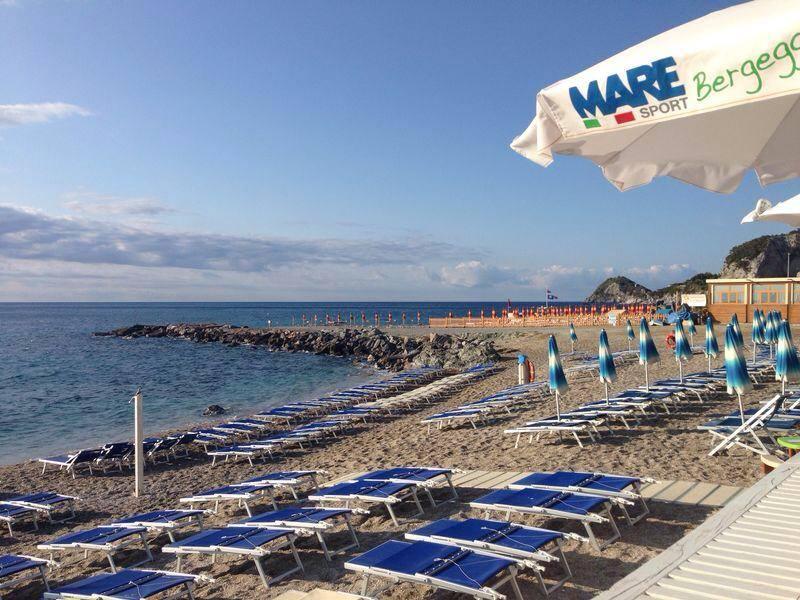 Matrimonio Spiaggia Bergeggi : Stagione spiaggia libera attrezzata maresport
